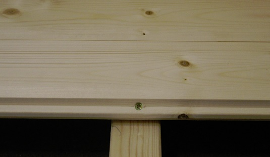 Lattiaponttilaudan kiinnitys ruuvilla lattianiskaan pontin kohdalta