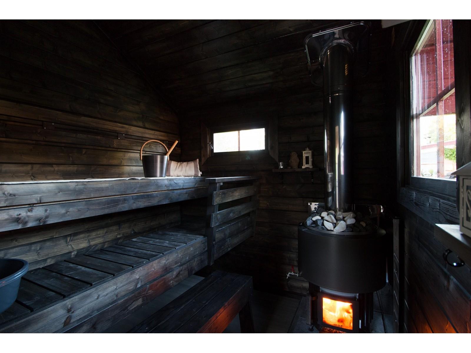 Perinnesauna Soma Sivuikkunalla - Lauteet ja kiuas laajakuvana